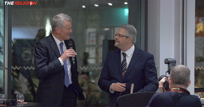 Manchester United director David Gill thanks MUSC Malta President Joseph Tedesco.