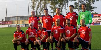 Man Utd legends line up for pre-match team photo before facing Valletta. Photo by John Gubba